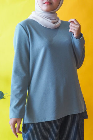 SIMPLE IRONLESS TOP IN DUSTY BLUE