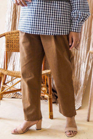 BELT TAPERED PANT IN BROWN