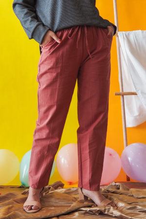 TAPERED COTTON PANT IN BRICK